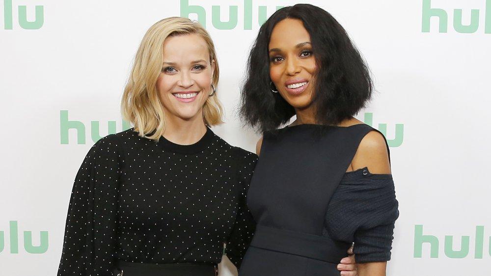 Reese Witherspoon y Kerry Washington del brazo sobre la alfombra roja