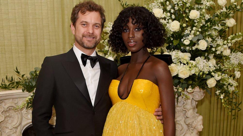 Joshua Jackson con un traje y Jodie Turner-Smith con un vestido amarillo