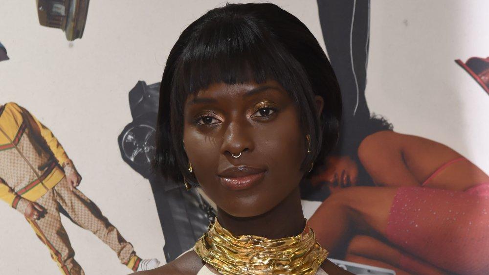 Jodie Turner-Smith con un anillo en la nariz y un collar de oro grueso