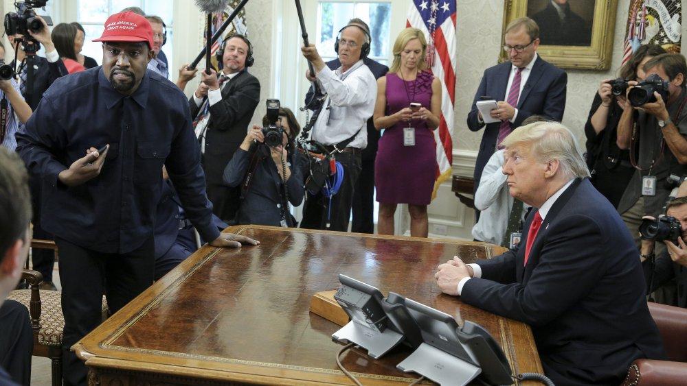 Kanye West con un sombrero MAGA con Donald Trump en la oficina oval