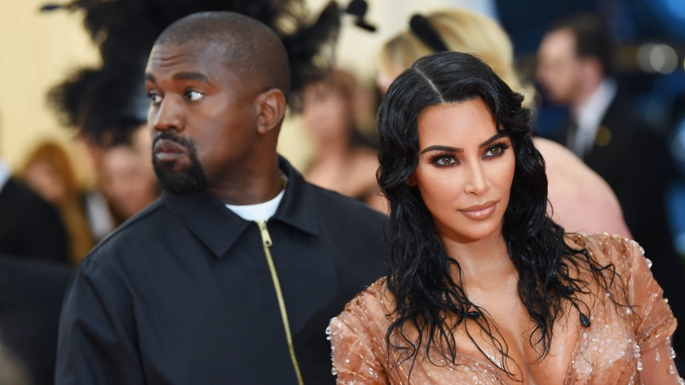 Kanye West, Kim Kardashian West mirando en diferentes direcciones en la Gala Met 2019