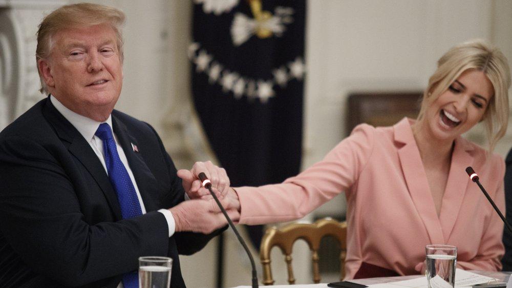 Donald Trump de la mano de Ivanka Trump en una reunión en el comedor estatal de la Casa Blanca