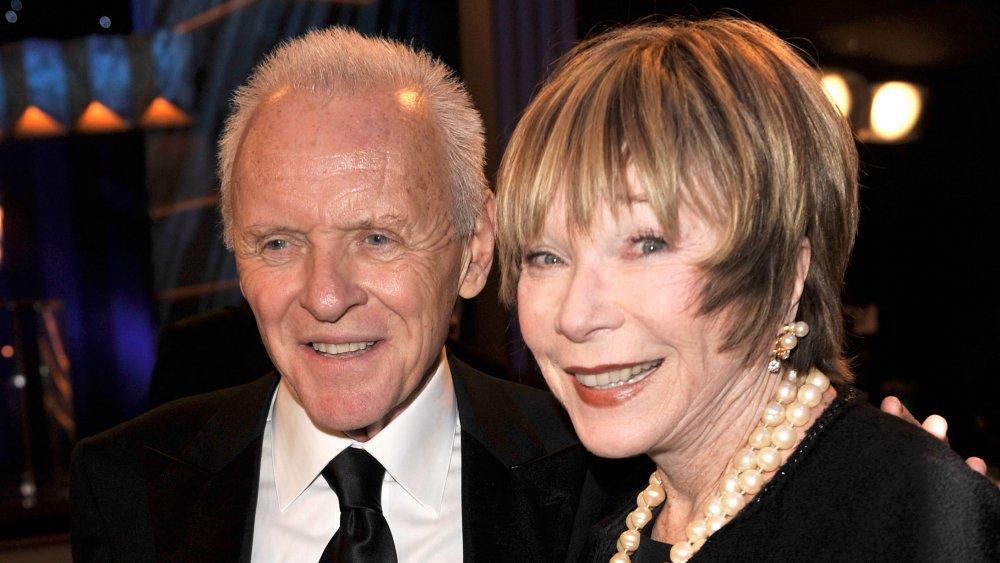 Anthony Hopkins y Shirley MacLaine sonrientes