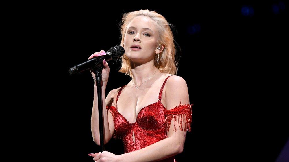 Zara Larsson actuando en el escenario
