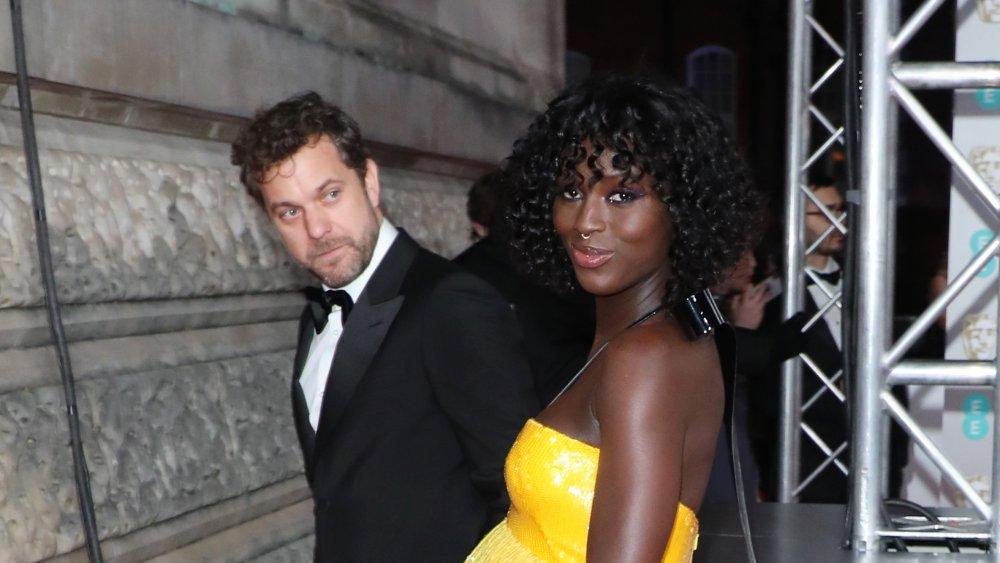 Joshua Jackson en un traje con Jodie Turner-Smith en un vestido amarillo