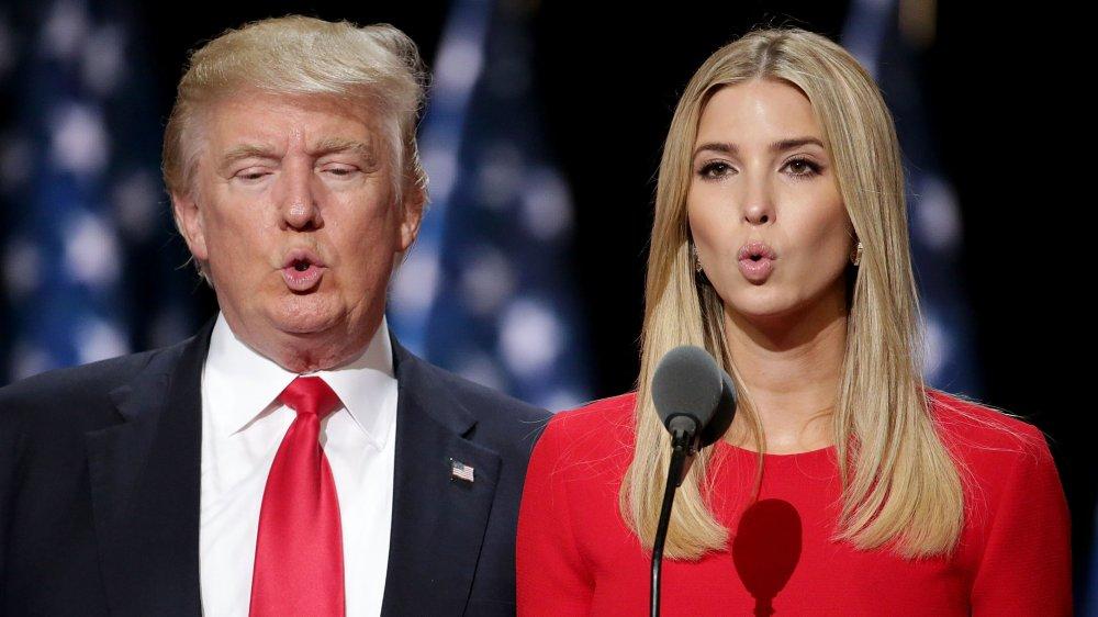 Donald Trump e Ivanka Trump en rojo a juego, probando el micrófono en el RNC 2016