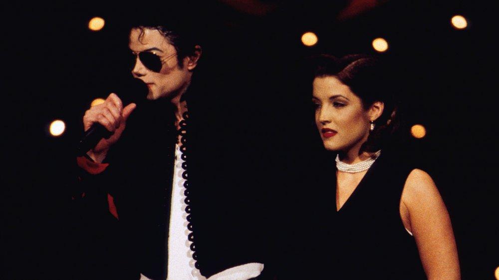 Michael Jackson actuando y Lisa Marie Presley junto a él