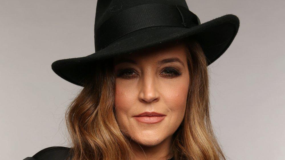 Lisa Marie Presley con un sombrero de fieltro