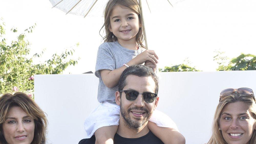 David Blaine y su hija sobre sus hombros