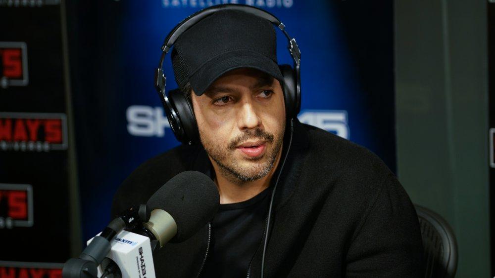 David Blaine hablando por micrófono en un programa de radio
