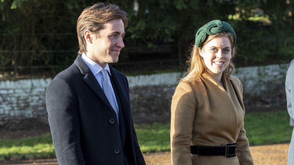 Edoardo Mapelli Mozzi y la princesa Beatriz, sonriendo mientras caminan afuera