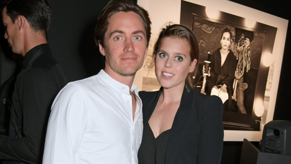 Edoardo Mapelli Mozzi con una camisa blanca, la princesa Beatriz con un blazer negro y una camisa