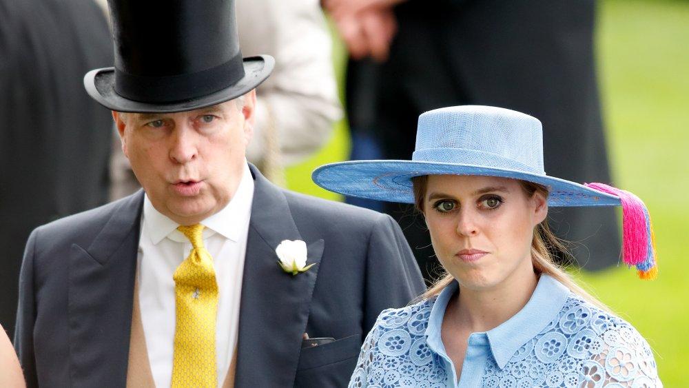 El príncipe Andrew y la princesa Beatriz caminando juntos, ambos con expresiones serias.
