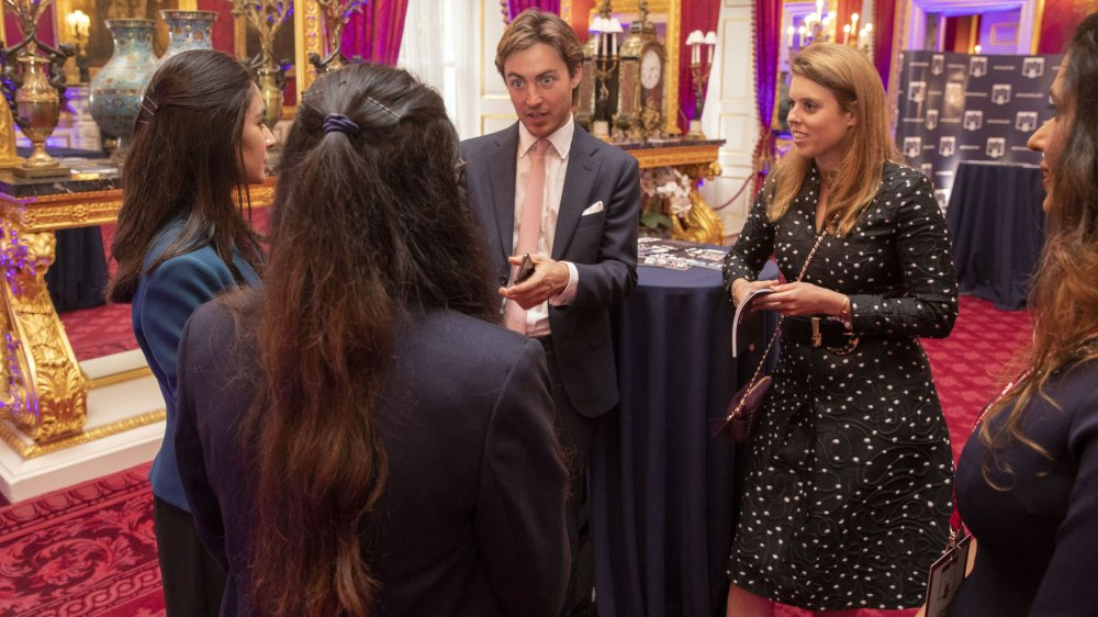 Edoardo Mapelli Mozzi, Princesa Beatriz hablando con invitados en el Palacio de San Jaime