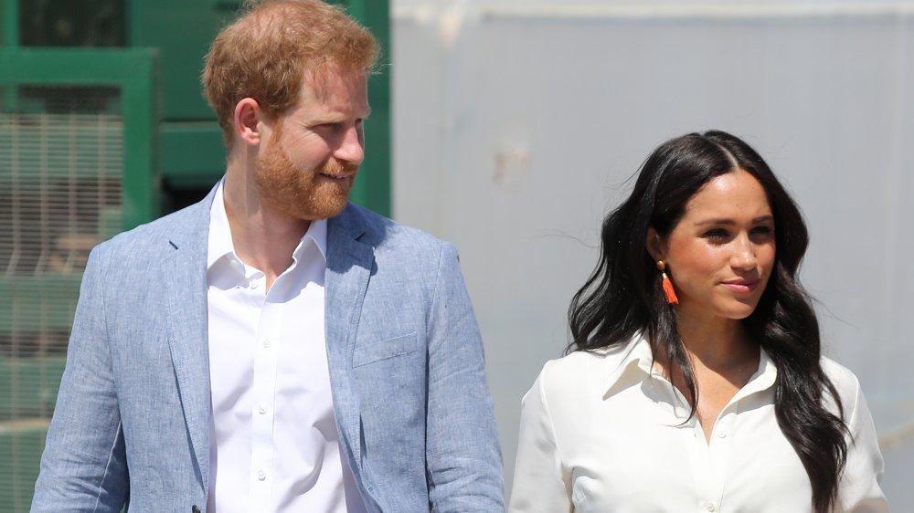 Príncipe Harry y Meghan Markle caminando afuera