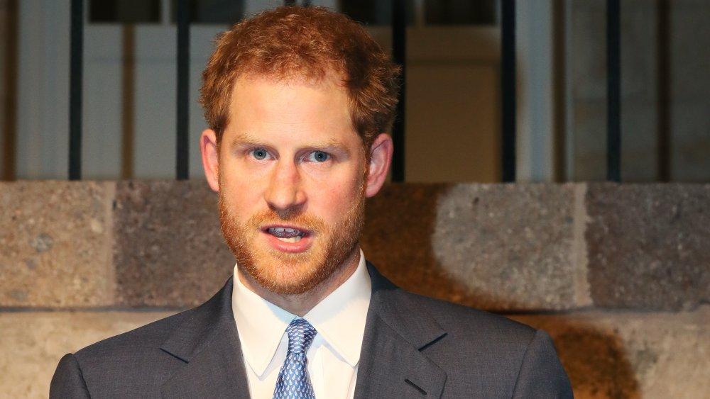 Príncipe Harry con la boca abierta, en traje