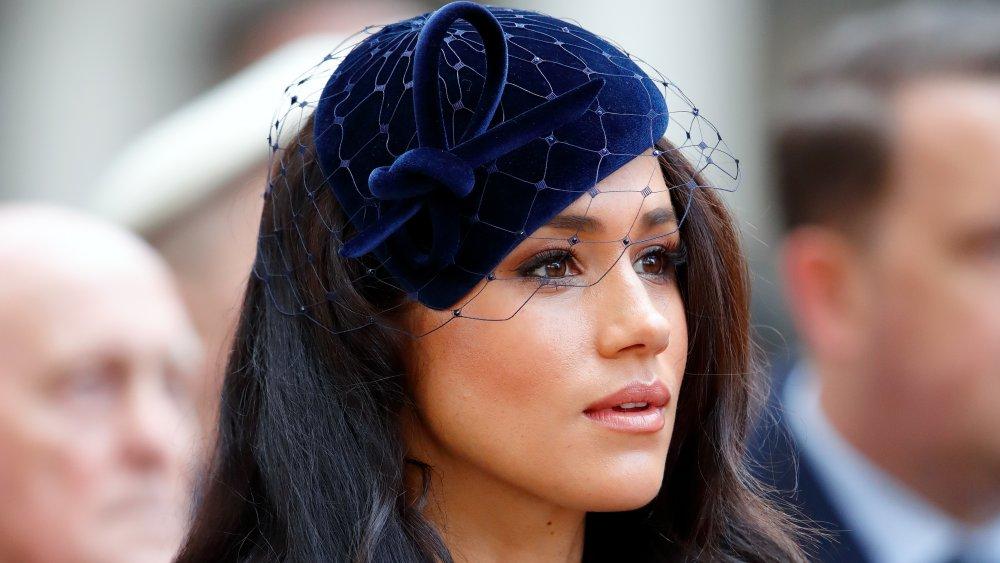 Meghan Markle en un fascinante terciopelo azul