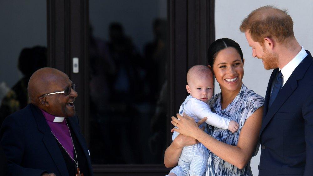 Desmond Tutu mirando a Baby Archie en los brazos de Meghan Markle junto al Príncipe Harry