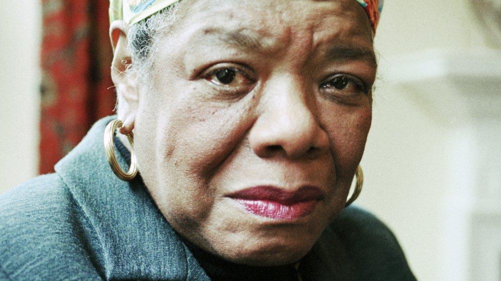 Maya Angelou posando para un retrato en Londres en 1999