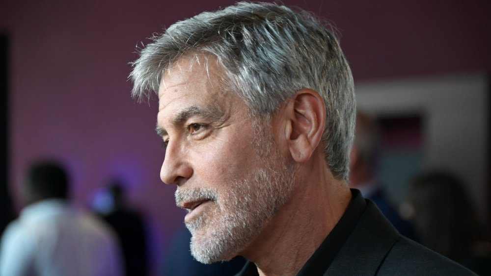 Perfil lateral de George Clooney