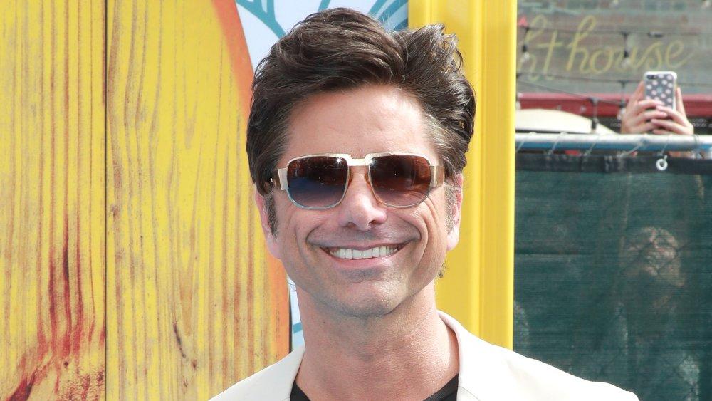 John Stamos con gafas de sol