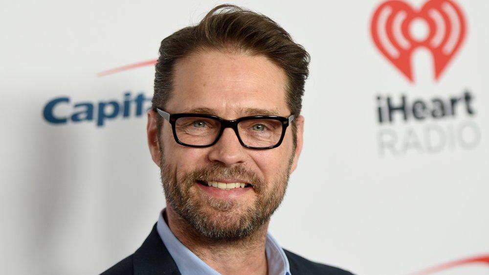 Jason Priestley con gafas de montura negra