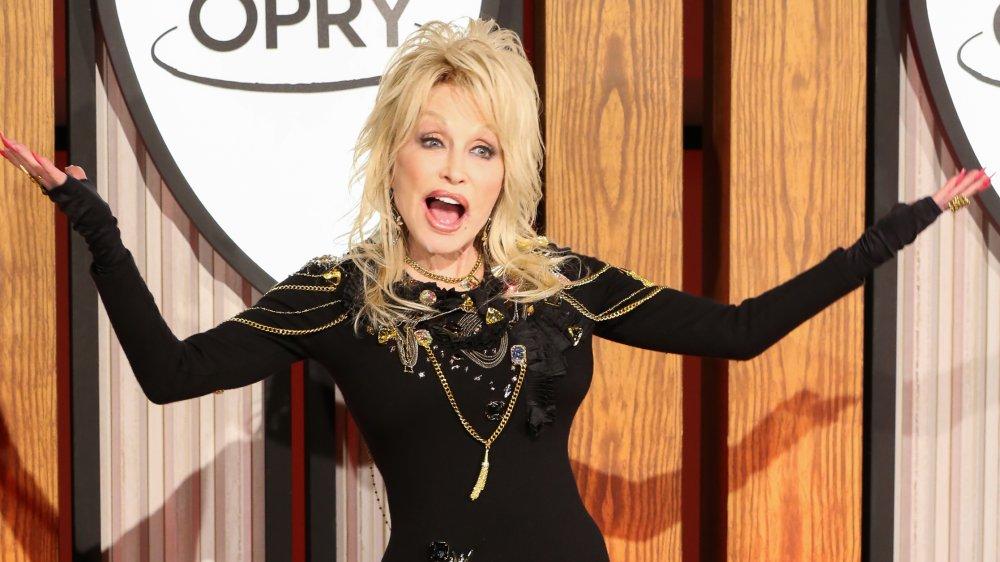 Dolly Parton asiste a una conferencia de prensa antes de una actuación que celebra su 50 aniversario con el Grand Ole Opry