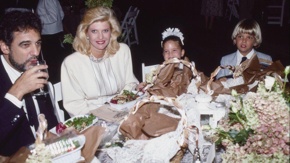 Luciano Pavarotti, Ivana Trump, Ivanka Trump y Eric Trump en una cena en 1987