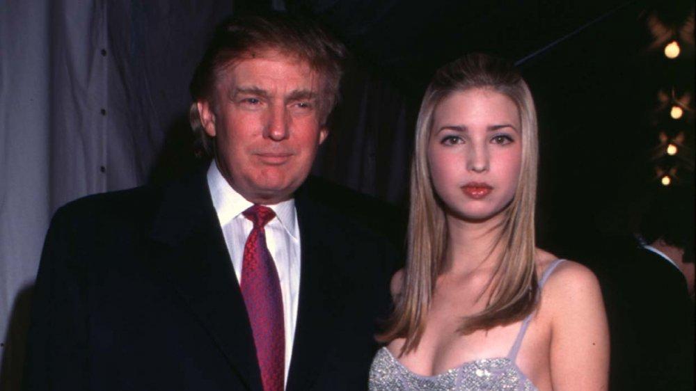 Donald Trump y una adolescente Ivanka Trump posando con expresiones neutrales