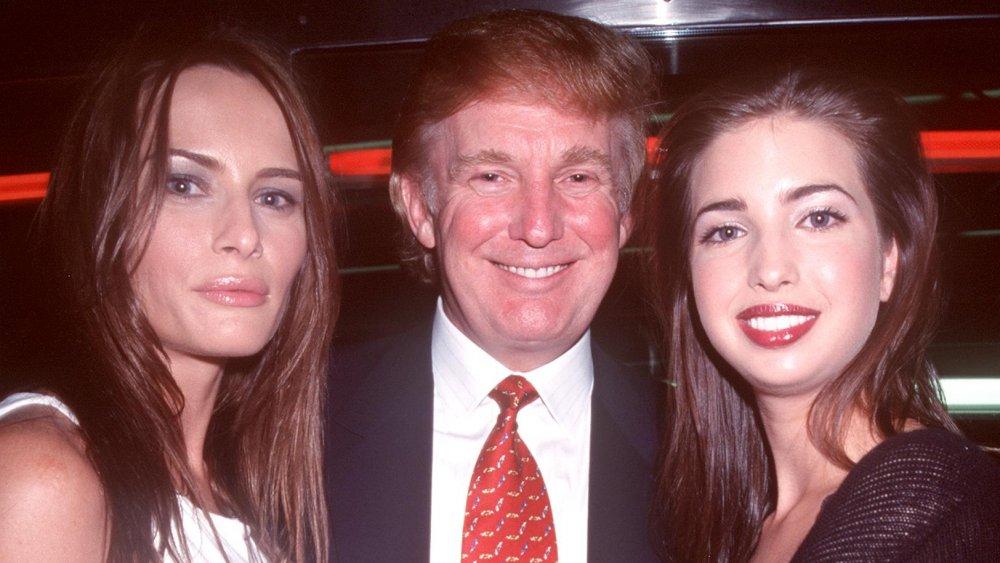 Melania Trump, Donald Trump e Ivanka Trump posando juntos en 2000