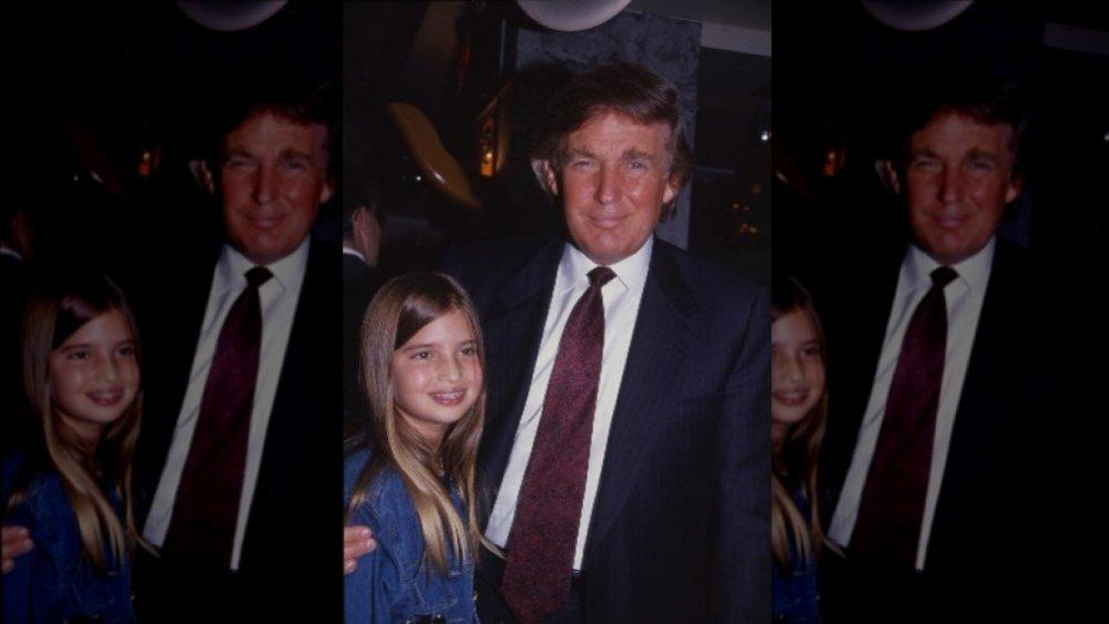 Ivanka Trump de niño con Donald Trump, ambos sonriendo