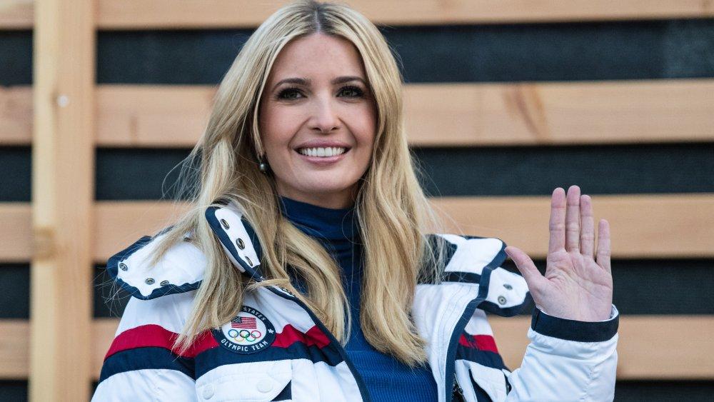 Ivanka Trump sonriendo y saludando en los Juegos Olímpicos de Invierno 2018