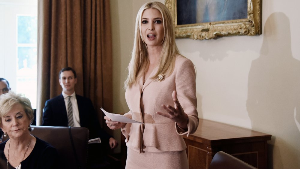 Ivanka Trump con un traje de falda de melocotón, hablando durante una reunión del gabinete en 2018