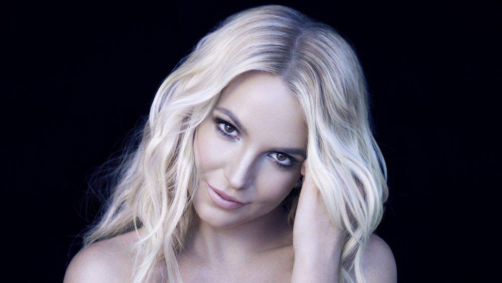 Britney Spears sonriendo mientras inclinaba la cabeza