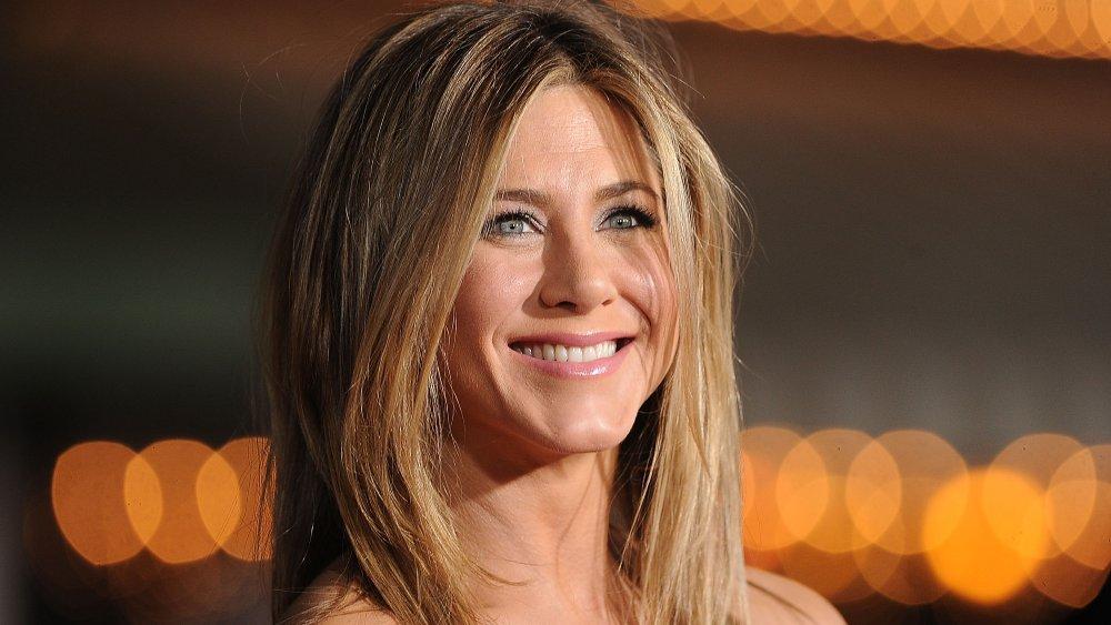 Jennifer Aniston sonriendo mirando a la derecha