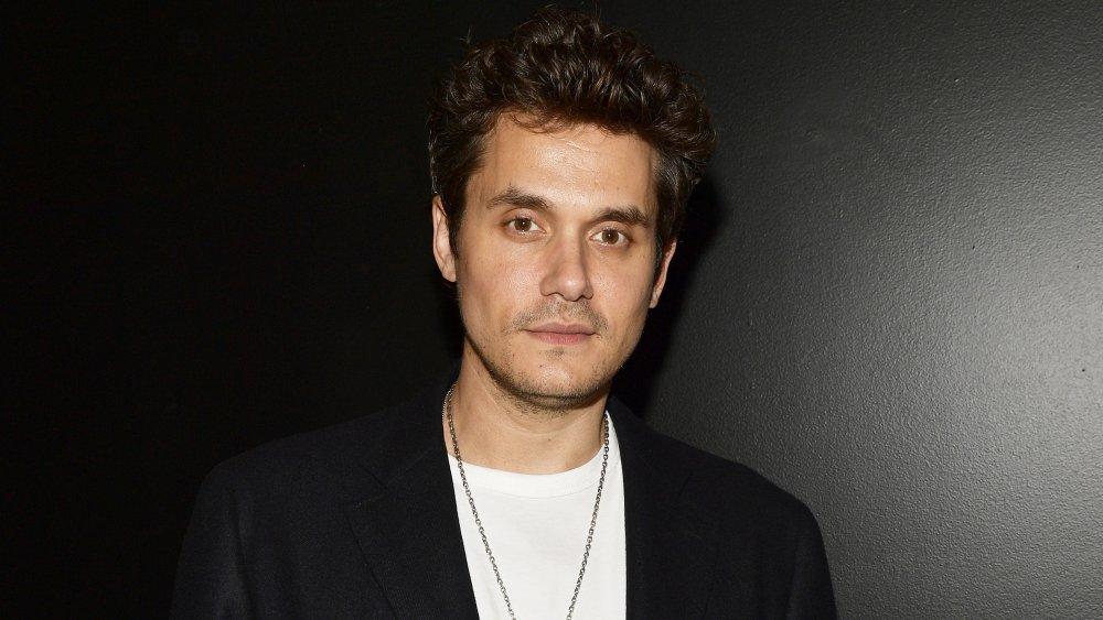 John Mayer con blazer negro y camiseta blanca