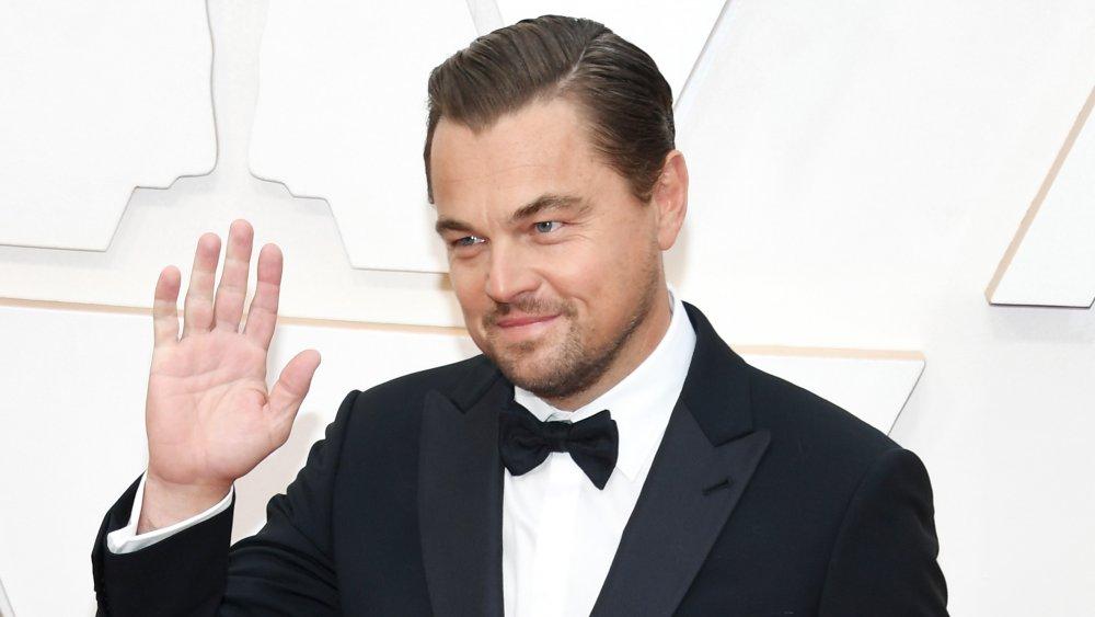 Leonardo DiCaprio saludando fuera de la cámara