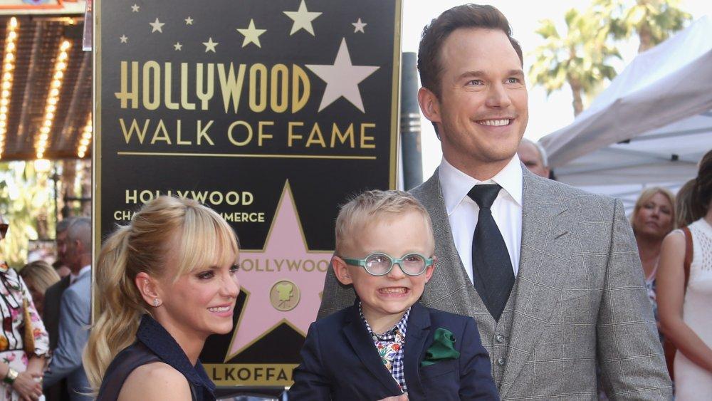 La actriz Anna Faris, Jack Pratt y el actor Chris Pratt en la ceremonia de la estrella de Chris Pratt Walk Of Fame