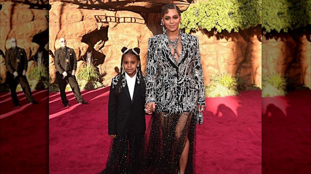 Blue Ivy y Beyoncé en trajes a juego, sosteniendo las manos en la alfombra roja