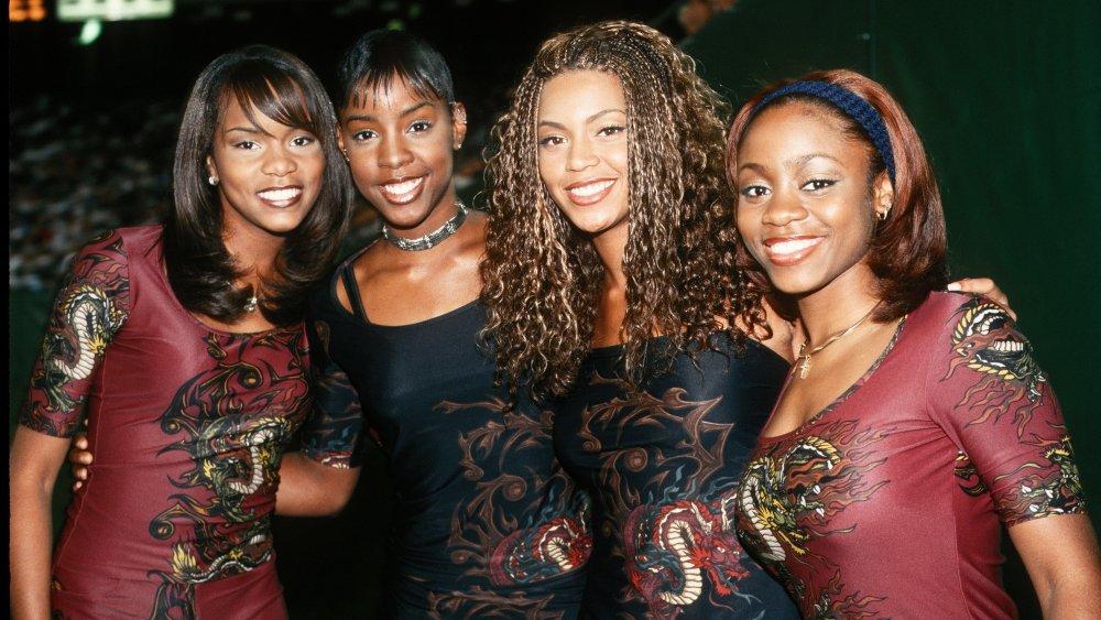 LeToya Luckett, Kelly Rowland, Beyoncé y LaTavia Roberson de Destiny's Child en trajes granates y negros a juego