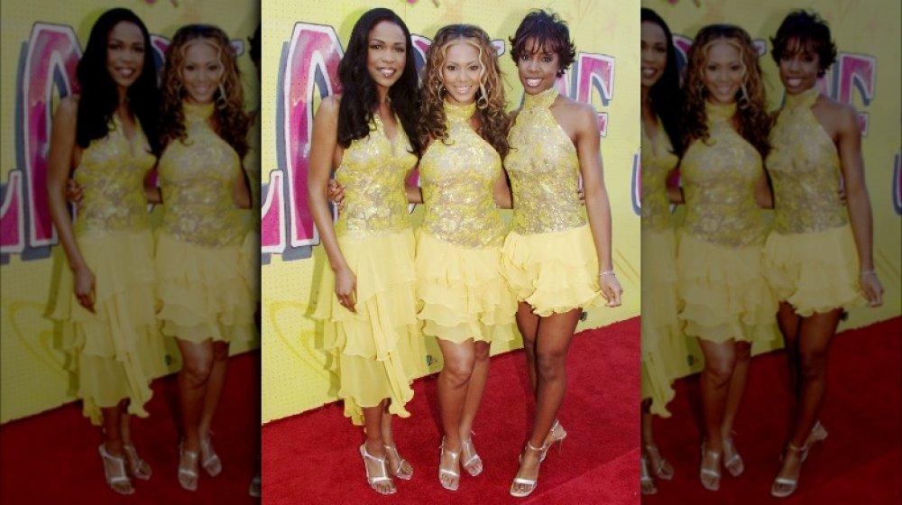 Michelle Williams, Beyoncé y Kelly Rowland con trajes amarillos a juego, posando en la alfombra roja