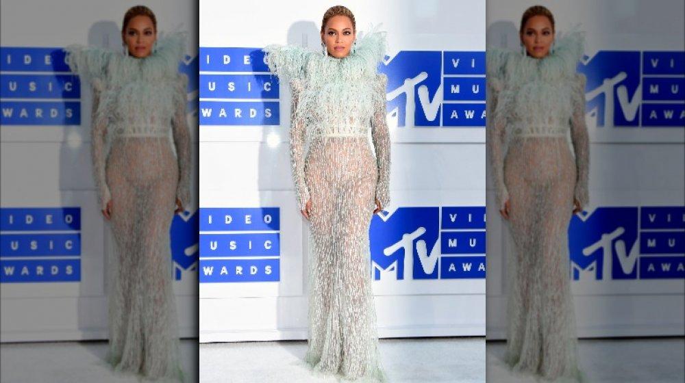 Beyoncé con un vestido de plumas blancas en los MTV VMAs 2016