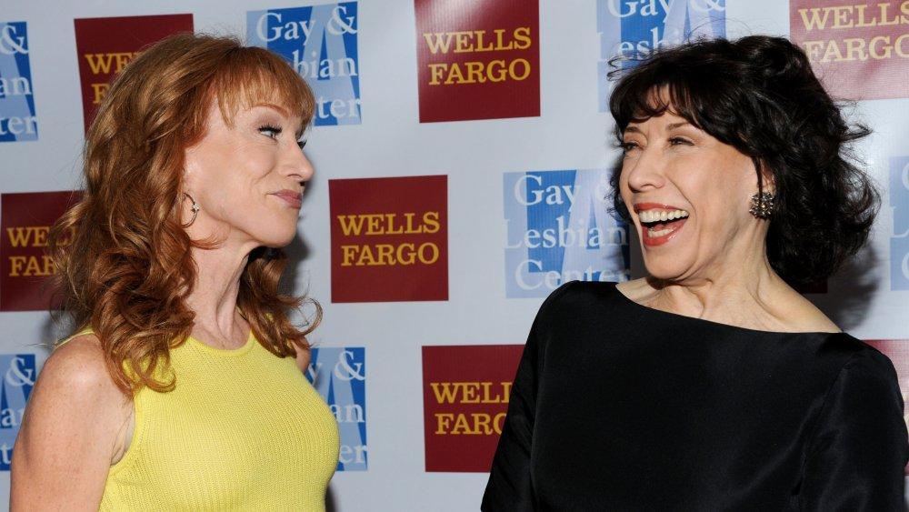 Kathy Griffin sonriendo a una risa Lily Tomlin en un evento