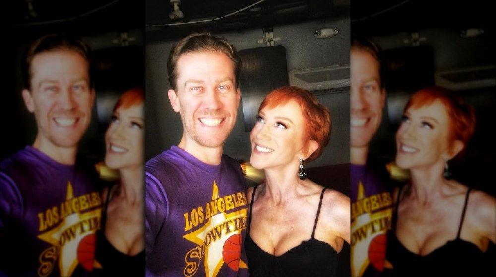 Randy Bick y Kathy Griffin sonriendo a lo grande en un selfie
