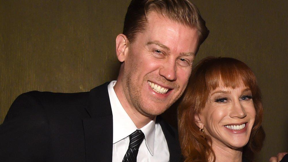 Randy Bick apoyado en Kathy Griffin, ambos sonriendo a lo grande