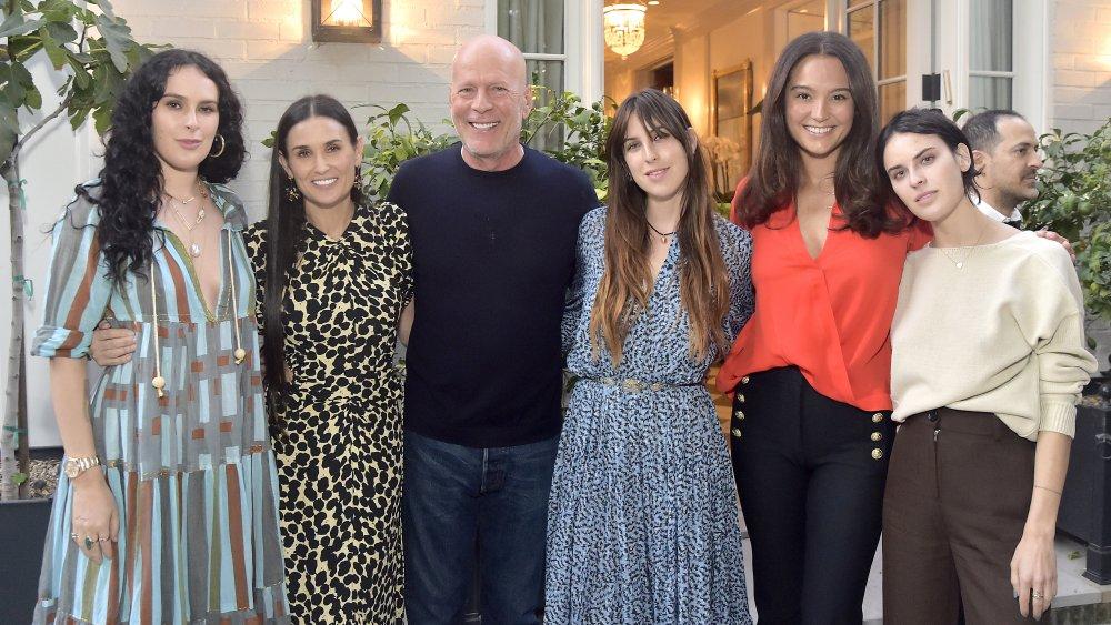 Bruce Willis con su ex esposa, Demi Moore, sus hijos, y su actual esposa Emma Heming Willis
