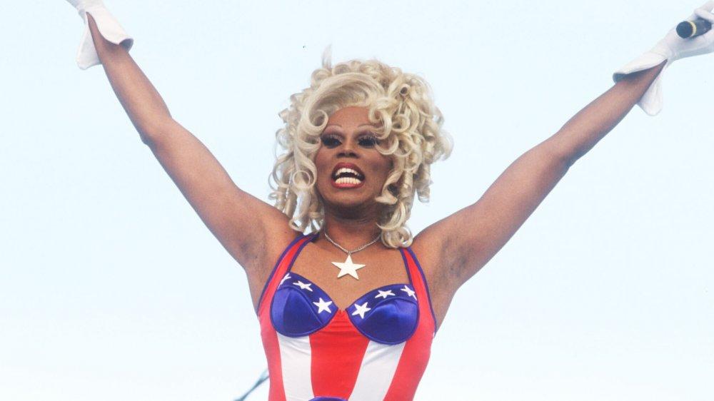 RuPaul en body impreso en la bandera estadounidense