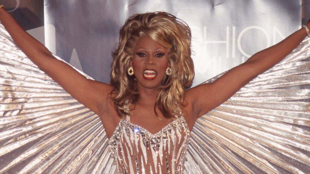 RuPaul en vestido dorado con alas