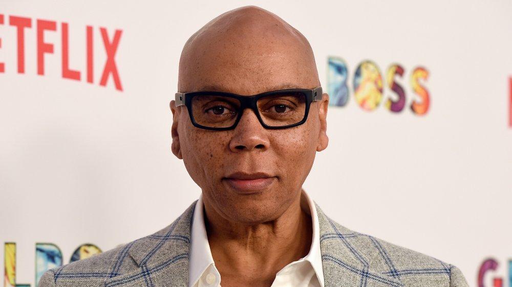 RuPaul con gafas de borde negro