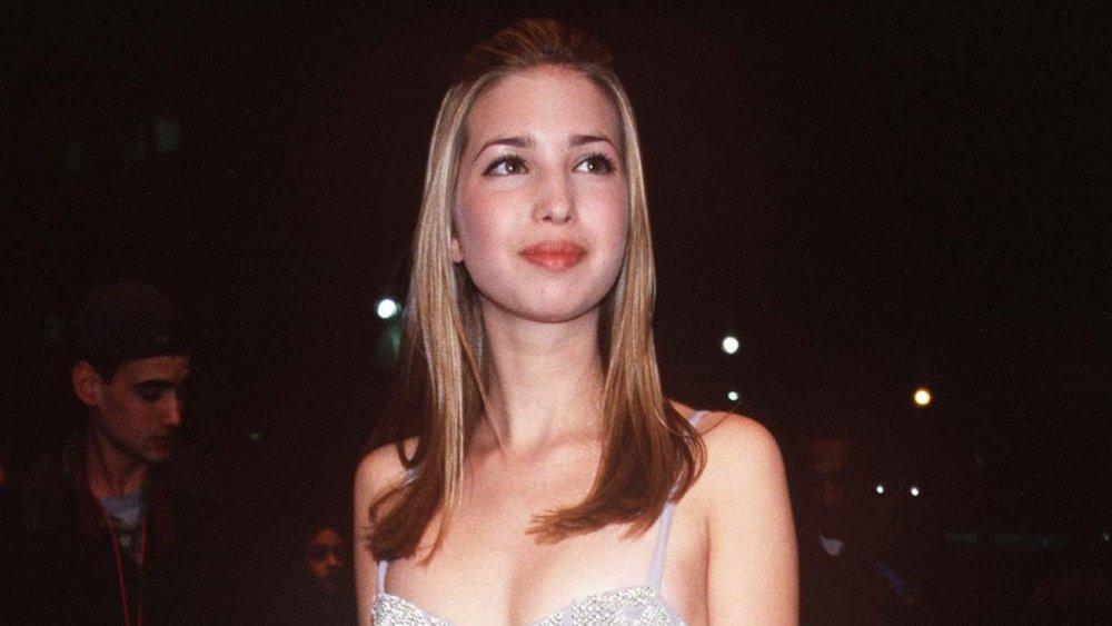 Una adolescente Ivanka Trump caminando con un vestido de plata mientras asistía a los Grammy de 1998